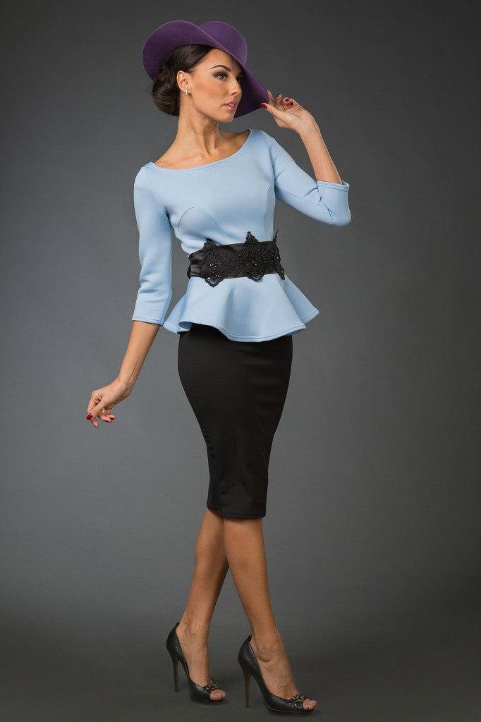 Стильное платье с баской и кружевным поясом из неопрена