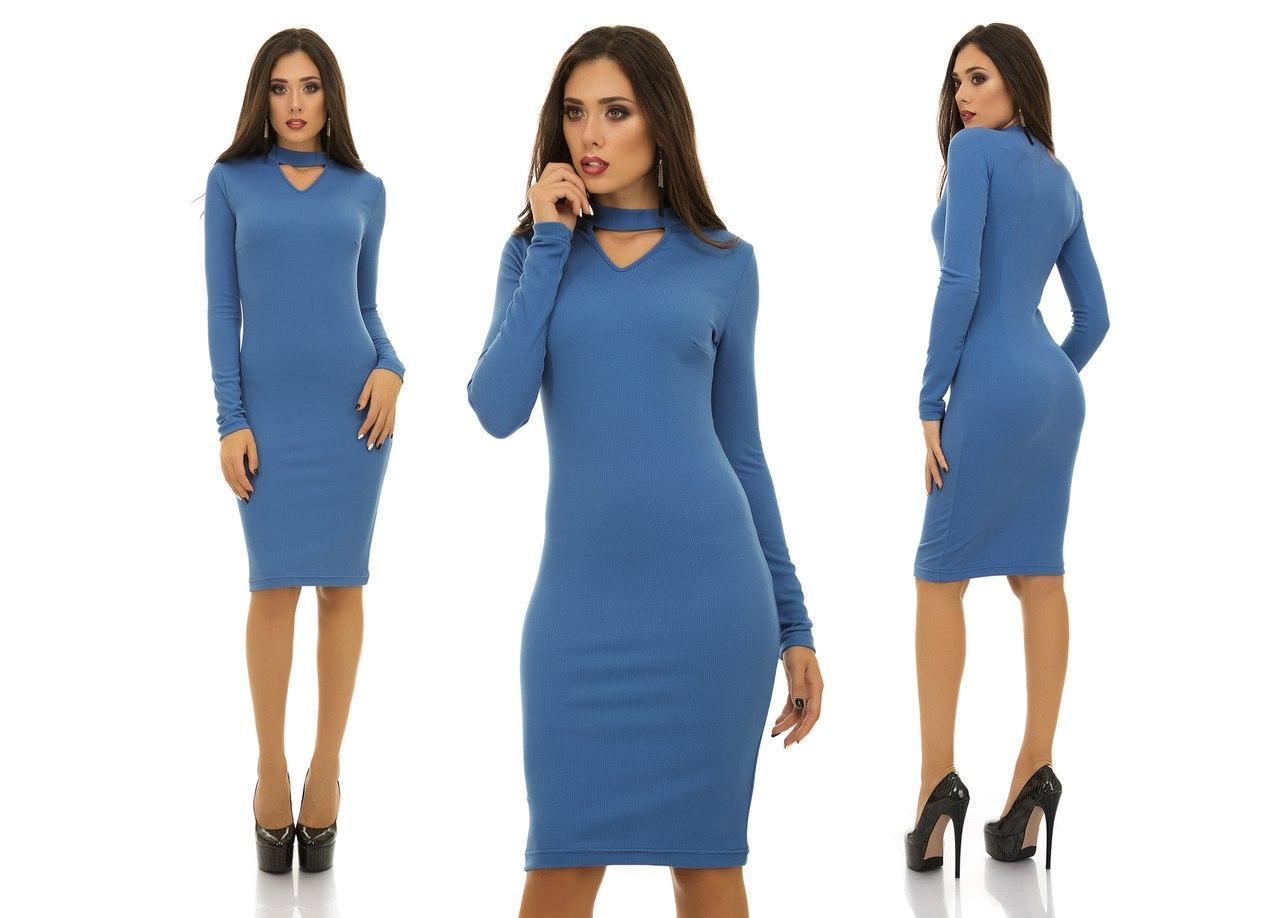 Трикотажное в рубчик резинку платье с имитацией чокера на шее