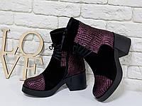 Ботинки на шнурках из натуральной замши черного цвета со вставками из уникальной текстурированной кожи розового цвета, на устойчивом, не высоком