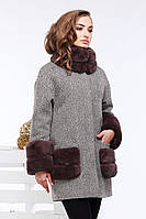 Стильное шерстяное пальто прямого кроя с длинными рукавами и воротником-стойкой застегивается на крючок