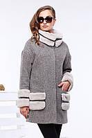 Модное шерстяное пальто прямого фасона воротник, низ рукава и накладные карманы декорированы отстежным мехом м