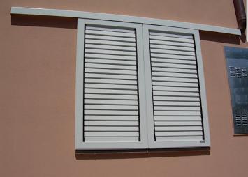 Металлические раздвижныее ставни на окна с поворотными ламелями
