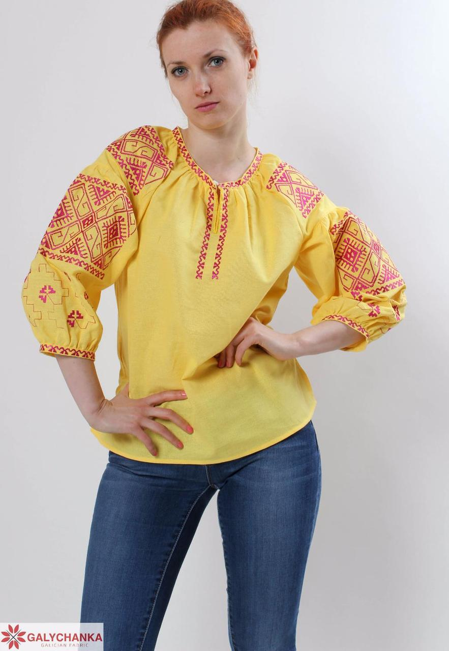 Красивая женская вышиванка в желтом цвете с красным орнаметом