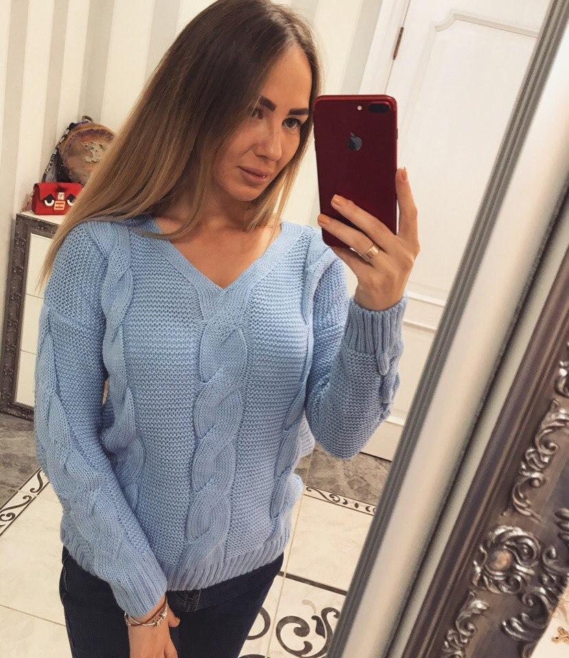 Классный вязанный свитер голубого цвета