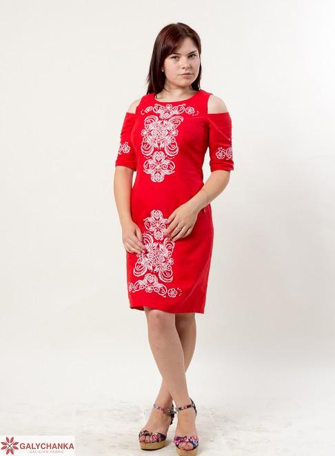 Праздничное платье из домотканого полотна декорировано вышивкой на груди и рукавах