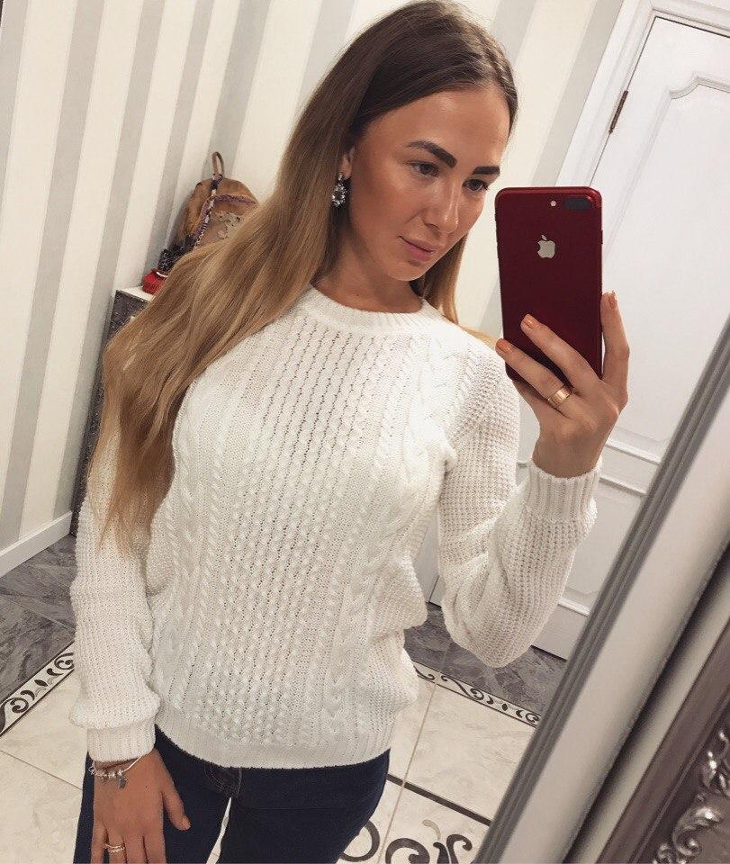 Белый женский свитер с вязанными узорами