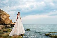Обворожительное свадебное платье карамельного цвета с корсетом до талии и пышной юбкой-шлейф