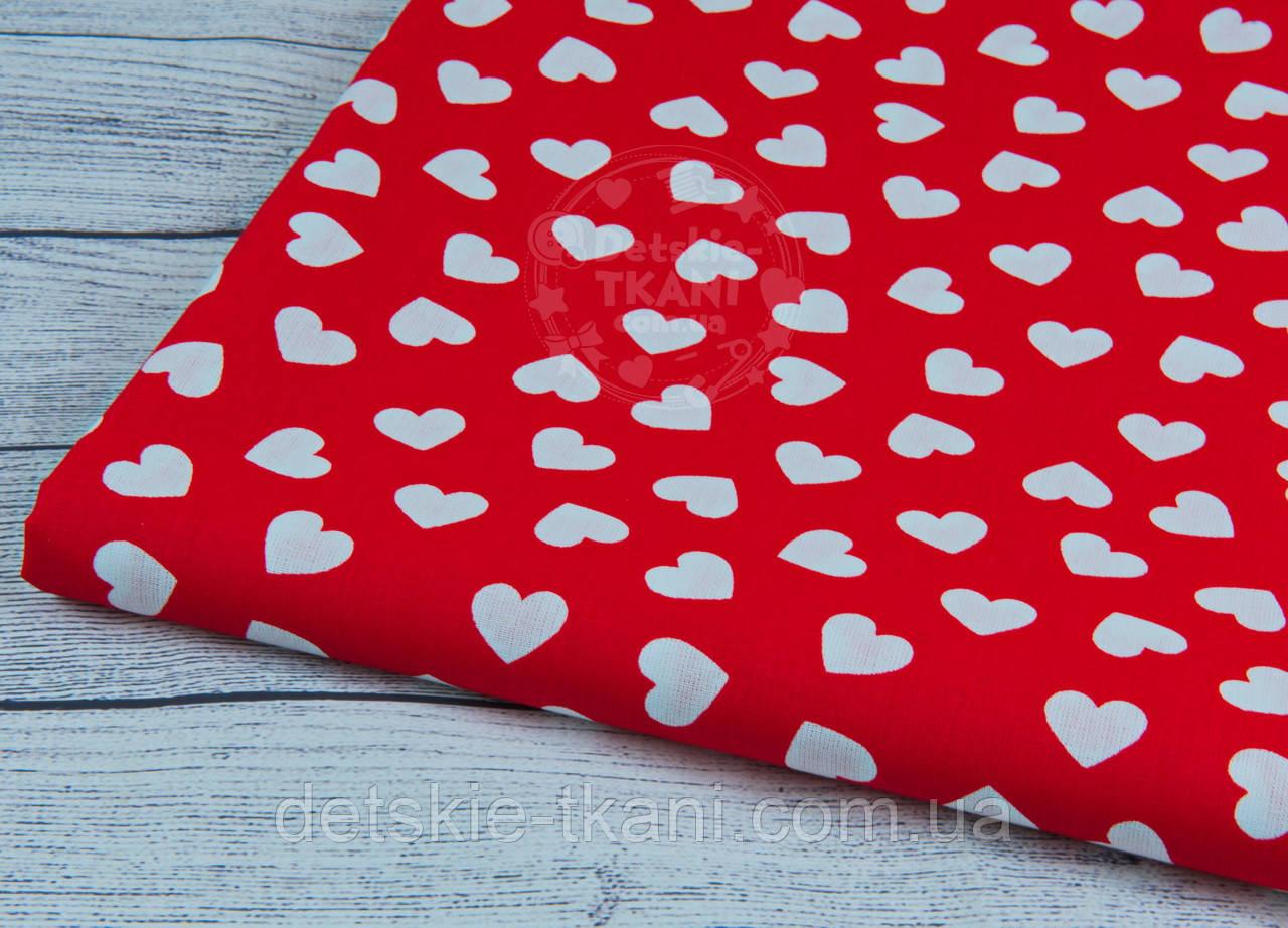 Лоскут ткани с разносторонними сердцами на красном фоне, № 942 размер 37*80