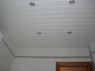 Алюминиевый потолок белого цвета в ванной.