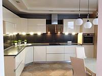 Угловая кухня белого цвета в глянце