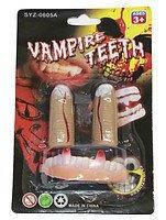 Зубы вампира c пальцами