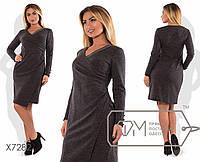 Платье-футляр миди приталенное из трикотажа джерси с эффектом драпированного запаха впереди и отделкой