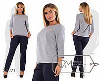 Костюм-двойка - прямая блуза из стрейч-жаккарда с рукавами 3/4, брошкой и брюки-чиносы из креп-костюмки