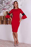 Интересное платье с пышными рукавами, украшено кружевом