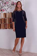 Красивое вечернее платье миди для пышных форм с украшением на горловине
