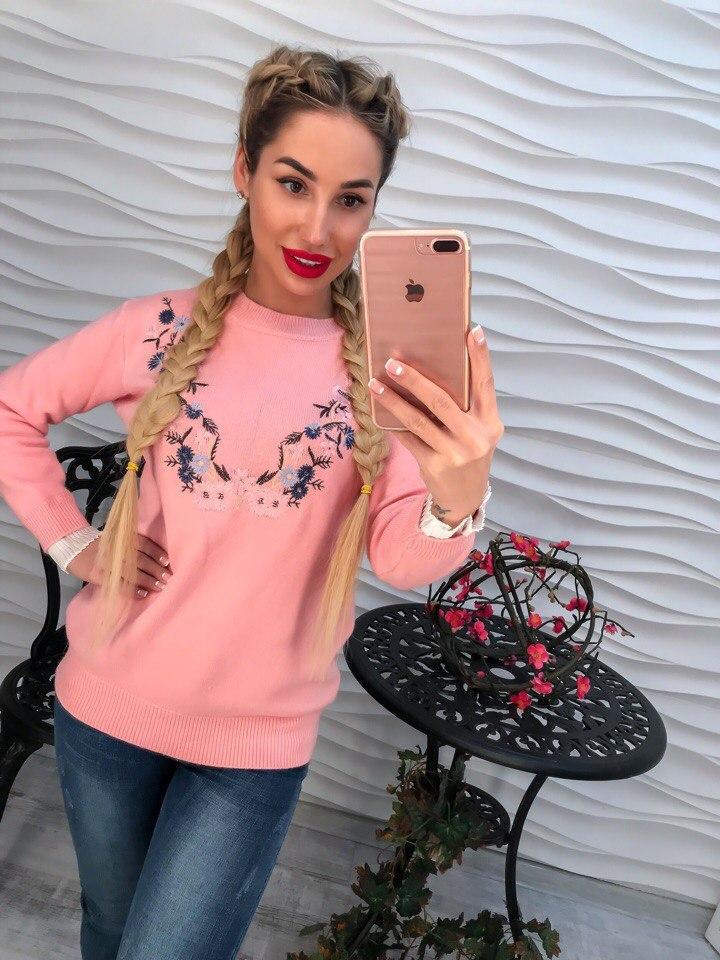 Красивый розовый свитер с вышивкой