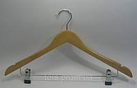 Деревянная светлая костюмная вешалка