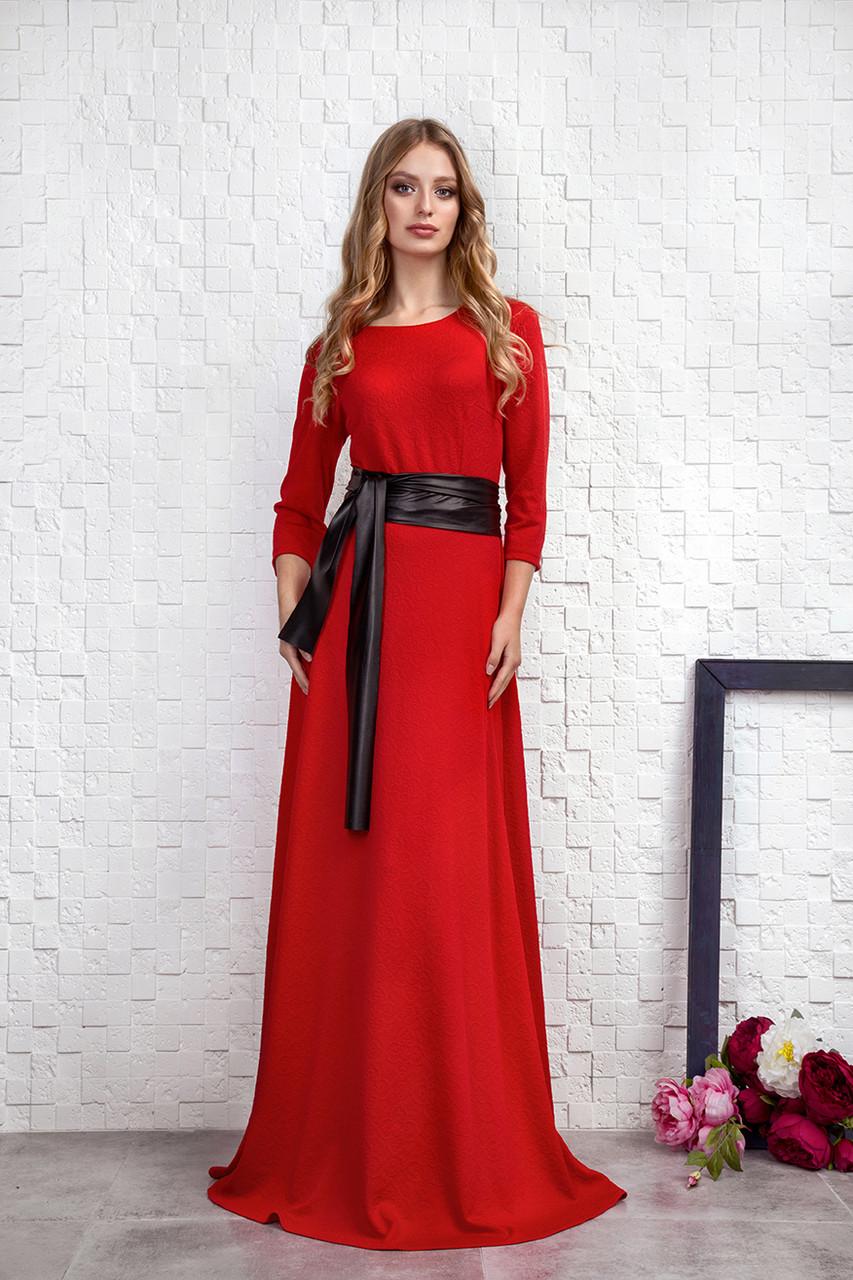 Длинное красное платье с кожаным пояском