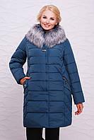 Модный женский пуховик большие размеры, с капюшоном и серым мехом, цвет морская волна Куртка Алиса