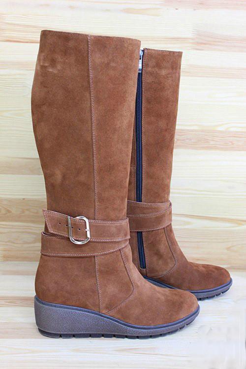 Жіночі замшеві чоботи на невисокій танкетці. Можливий відшиваючи в шкірі та замші інших кольорів. Розмір 36-42