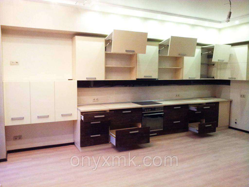 Кухня прямая с подвесными пеналами