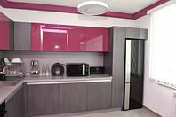 Кухня с оригинальным сочетанием серого и розового