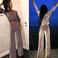 Стильный женский костюм с расклешенными штанами