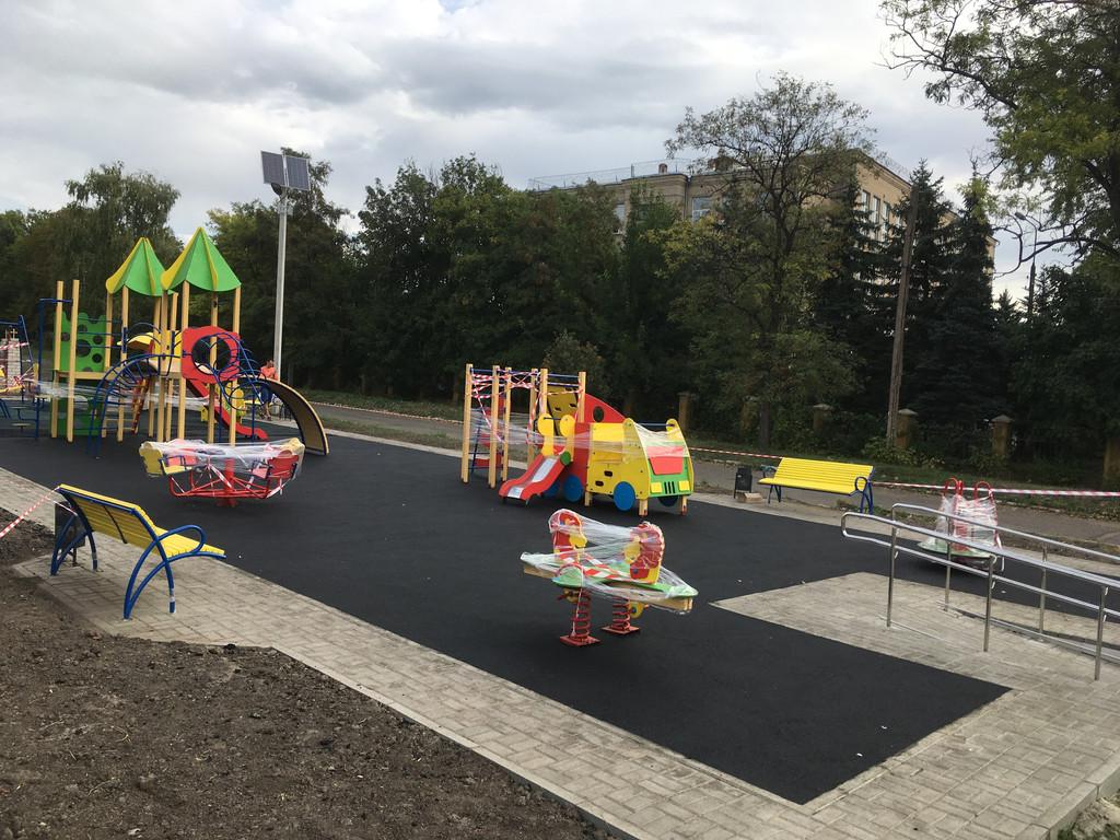 Устройство бесшовного покрытия для детской площадки