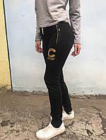 Трикотажные брюки в черном цвете с манжетами-резинками и боковыми карманами