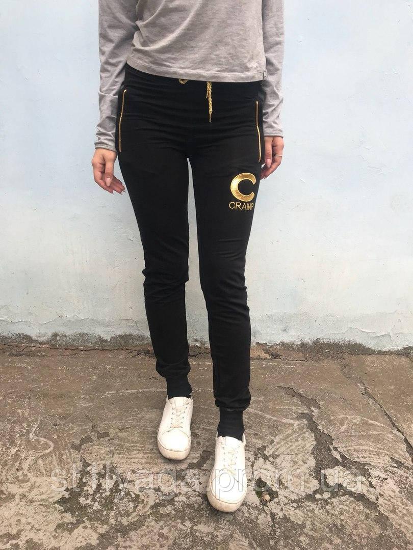 Спортивные брюки в черном цвете с манжетами-резинками и боковыми карманами