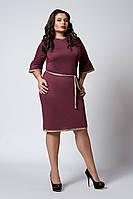 Красивое женское платье украшено кружевом темно-фрезового цвета