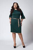 Красивое женское платье украшено кружевом темно-зеленого цвета