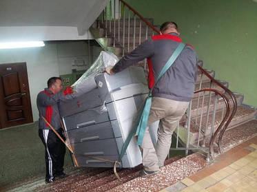 Как правильно переносить мебель по лестничной клетке