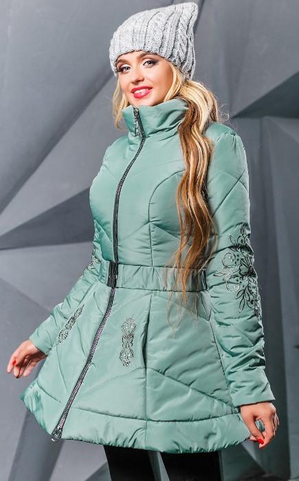Зимняя куртка оливкового цвета с вышивкой