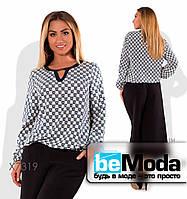 Оригинальная женская блуза больших размеров с украшением на шее белая