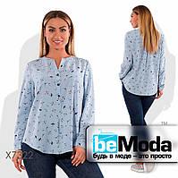 Стильная женская блуза больших размеров с милым принтом голубая