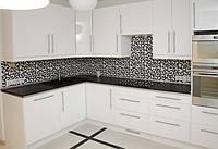 Угловая кухня в черно-белом интерьере