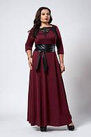 Длинное бордовое платье с широким поясом