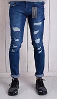 Мужские синие джинсы зауженные с дырками на коленях