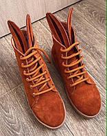 Женские замшевые ботинки с ушками кирпичного цвета.
