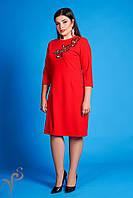 Яркое красное платье с вышивкой.