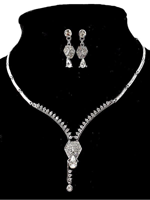 Колье фирмы Xuping. Цвет серебряный. Камни: Белый циркон.Длина: 38-41 см Ширина: 35 мм.