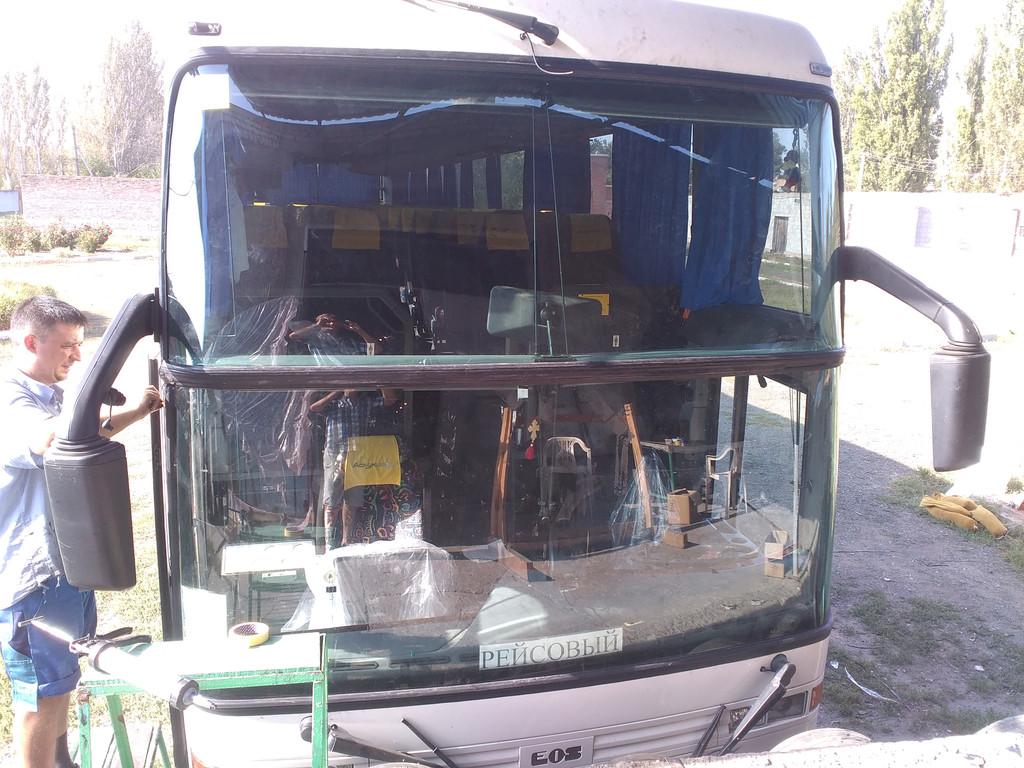 Изготовление и установка лобового стекла на автобус EOS 200 в Никополе