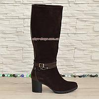 Сапоги коричневые демисезонные замшевые женские на устойчивом каблуке, декорированы ремешками.