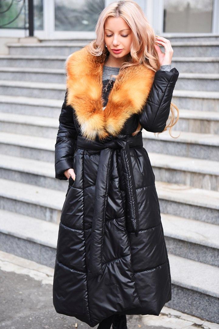 Пальто зимнее расклешенное к низу с лисьем воротником.