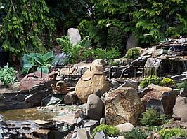 Искусственный водопад в саду.