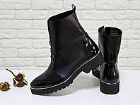 Облегченные Женские Ботинки на шнуровке классического черного цвета из натуральной гладкой  и лаковой кожи, на удобном не высоком каблуке, и подошвой