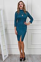 Стильное приталенное платье с разрезом спереди