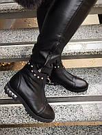 Демисезонные кожаные женские ботинки на молнии с шипами черные