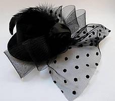 Элегантная шляпка с вуалью и бантом чёрного цвета на двух заколках